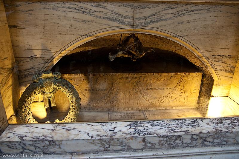 מרקוס אגריפה, בתוך הפנתאון קברו של רפאל, מקדש כל האלים, איטליה, רומא   Italy, Rome, inside The Pantheon Raphael's grave Temple Marcus Vipsanius Agrippa