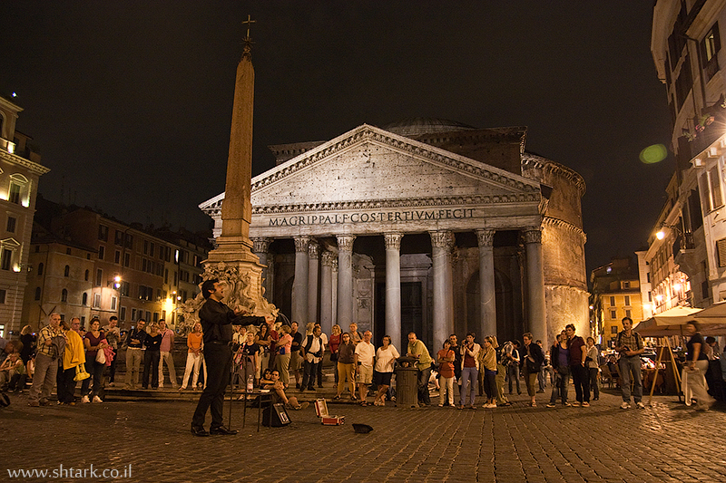 מרקוס אגריפה, ברחבת הפנתאון זמר אופרה, מקדש כל האלים, איטליה, רומא   Italy, Rome, near The Pantheon Opera Singer  Temple Marcus Vipsanius Agrippa