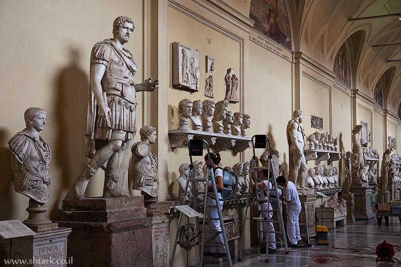 אירופה, איטליה, חצר מוזיאון הוותיקן, ניקוי פסלים,  Italy, Rome, Roma, Vatican City, museums