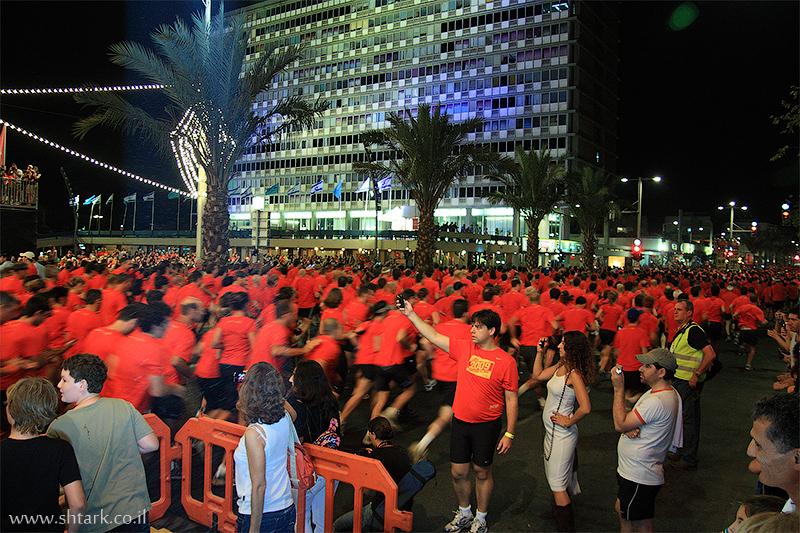 מרוץ הלילה הגדול של נייקי, תל אביב, 2009, רצים, בניין העירייה בכיכר רבין,  Nike NightRun Tel Aviv