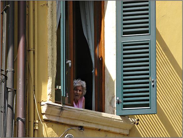 אירופה, איטליה, האח הגדול, סבתא בחלון, ורונה, Verona, Italy, big brother watching